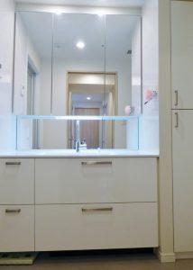 清潔感溢れる3面鏡付き洗面化粧台