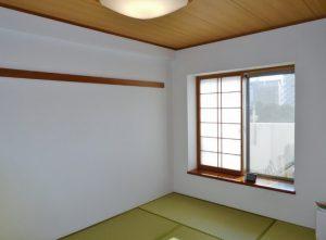 リビング横の6帖の和室。出窓付
