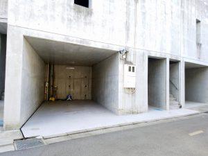 一番左側が駐車場。真ん中がエレベーター入口。一番右が階段の入口