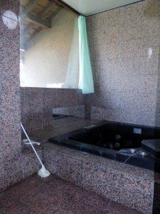 大理石の浴室。