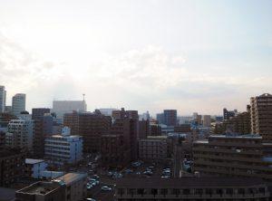バルコニーからの眺望。10階部分で遮るものはありません。