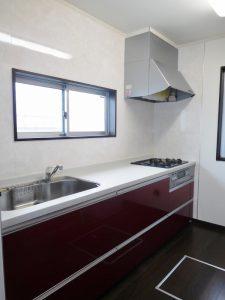 窓付きの明るいキッチン。背面に食器棚付です。