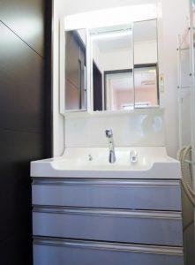 清潔感溢れる三面鏡付洗面化粧台