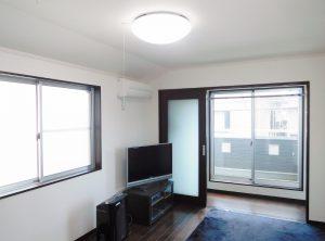 2階7.4帖のマスターベットルーム。ベランダとの間にサンルーム付で雨の日の洗濯物も安心です。