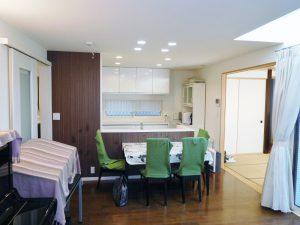 キッチンからリビングを見渡すことができます。リビング横に4.5帖の和室があります。