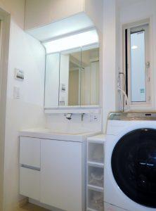 清潔感溢れる3面鏡付洗面化粧台